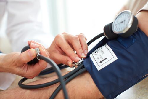 Como a cirurgia bariátrica atua no controle da hipertensão?